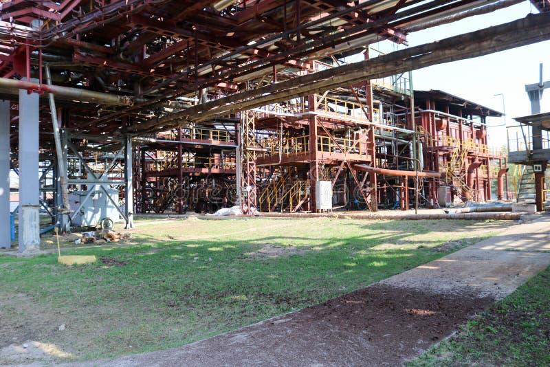 用管道运输与铁褐色管子的天桥抽的液体的,在炼油厂的设备,石油化学制品,化学制品 免版税图库摄影
