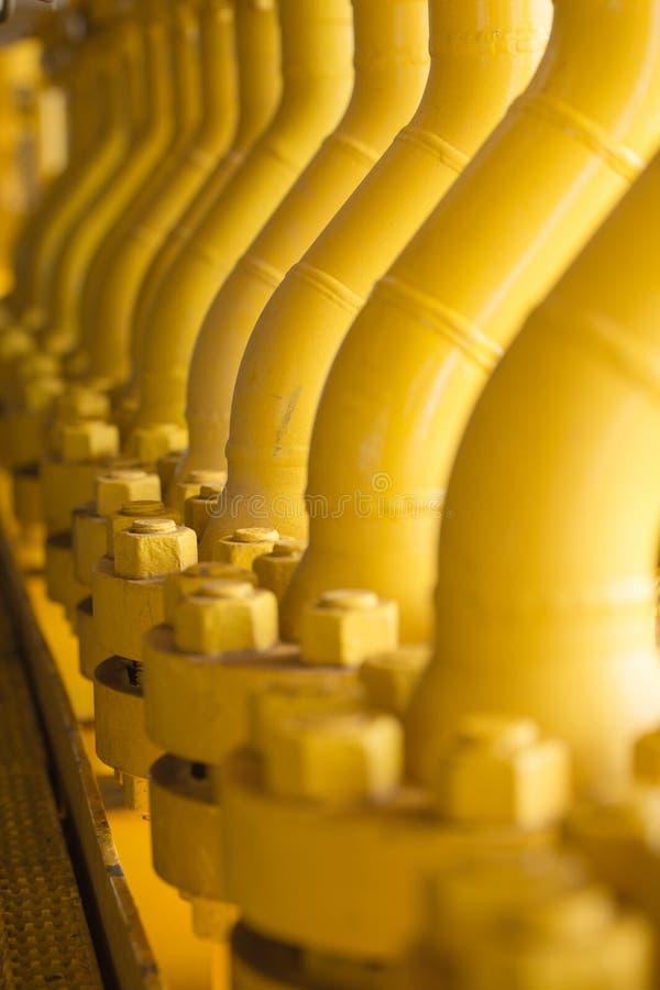 用管道运输生产平台、的生产过程油和煤气产业的,在平台的管道系统的线建筑 免版税图库摄影