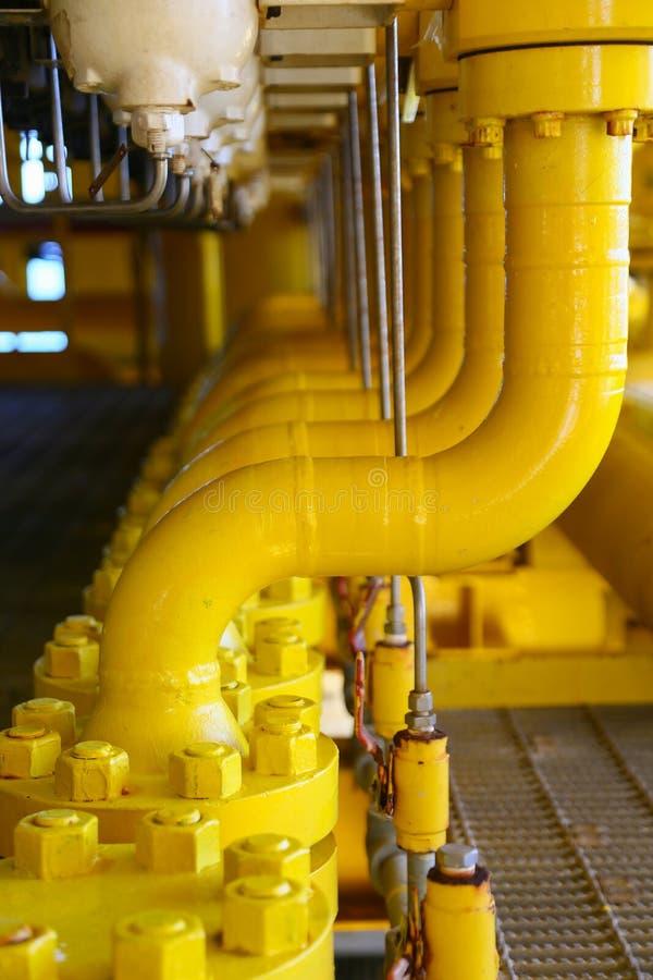 用管道运输生产平台、的生产过程油和煤气产业的,在平台的管道系统的线建筑 库存图片