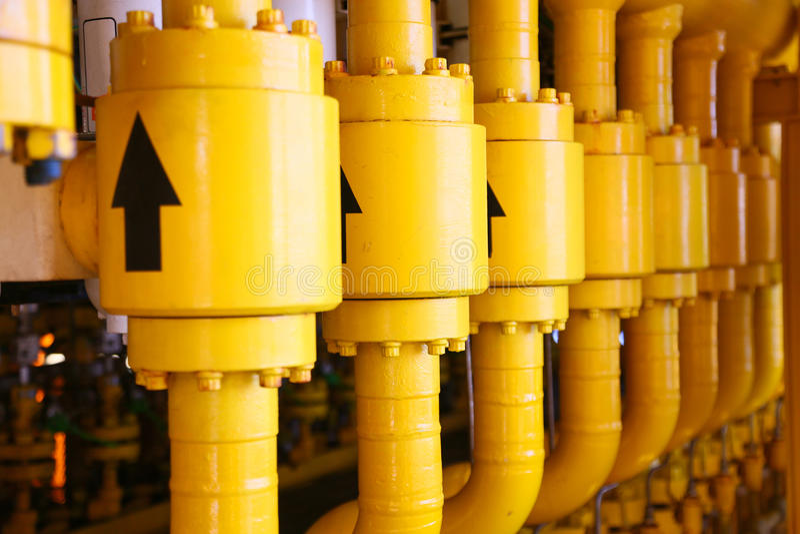用管道运输生产平台、的生产过程油和煤气产业的,在平台的管道系统的线建筑 库存照片