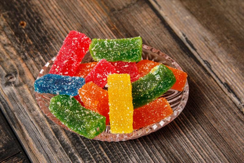 用糖涂的多彩多姿的胶粘的糖果 免版税图库摄影