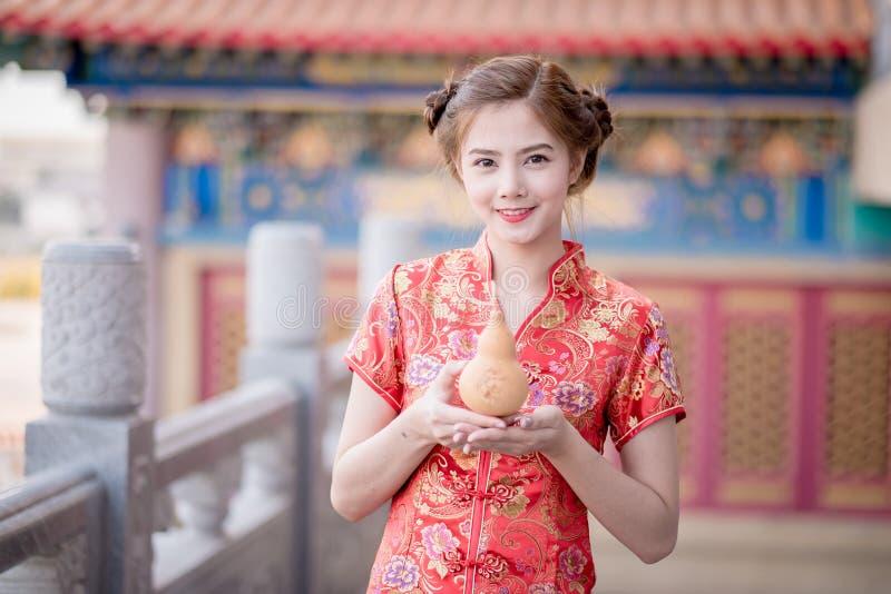 用繁体中文的亚裔中国妇女拿着瓢 库存照片