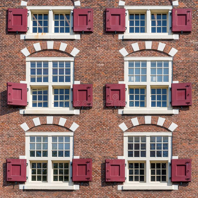 用红砖做的典型的荷兰时髦的房子门面 库存图片