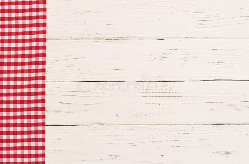 用红色盖的空木台式检查了桌布 免版税库存图片