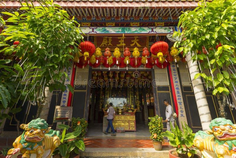 用红色纸灯装饰的槟城极乐寺寺庙在槟榔岛海岛,马来西亚 免版税库存图片