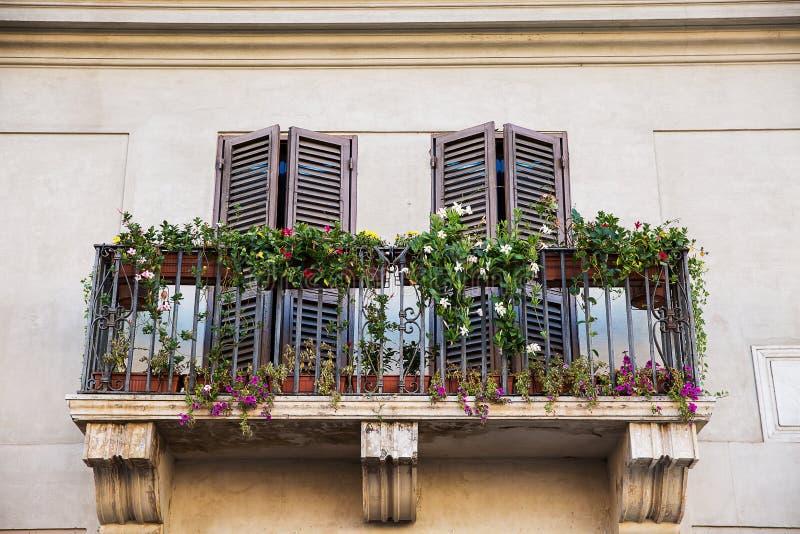 用红色花装饰的美丽的窗口 免版税库存照片