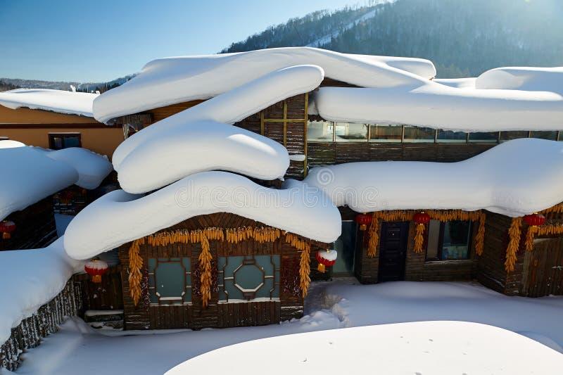用纯净的白色雪盖的木房子 免版税库存照片