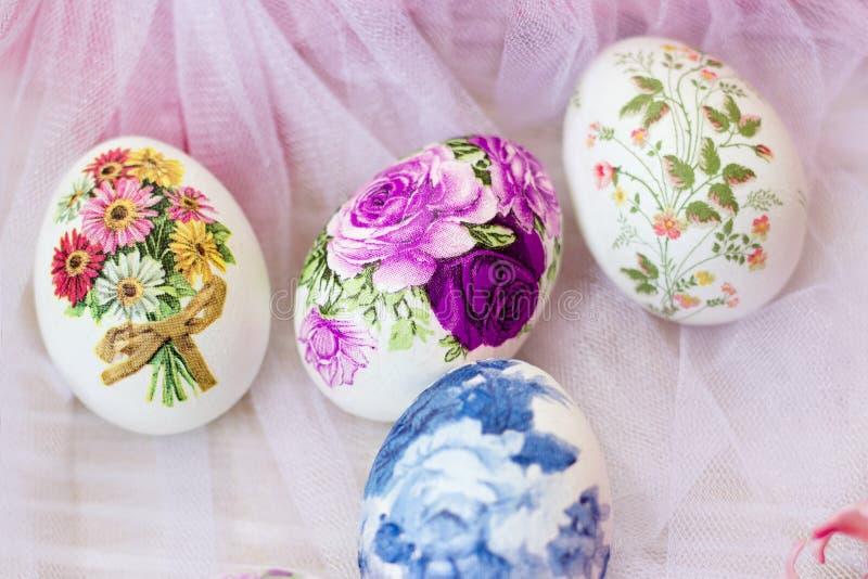 用纸巾和花装饰的美丽的复活节彩蛋;decoupage技术 库存照片