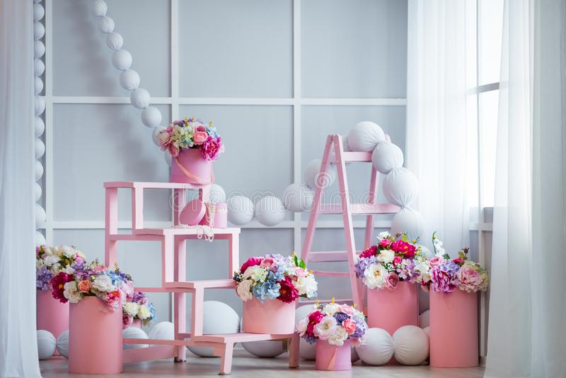 用美丽的花装饰的室室内设计 图库摄影