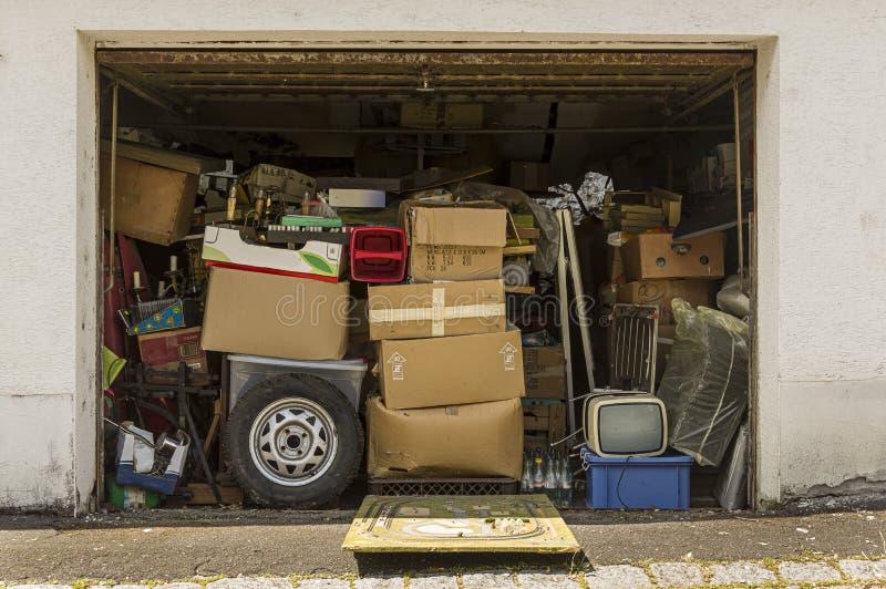 用老材料充分和充塞的车库和打开在宣扬的好天气 库存图片