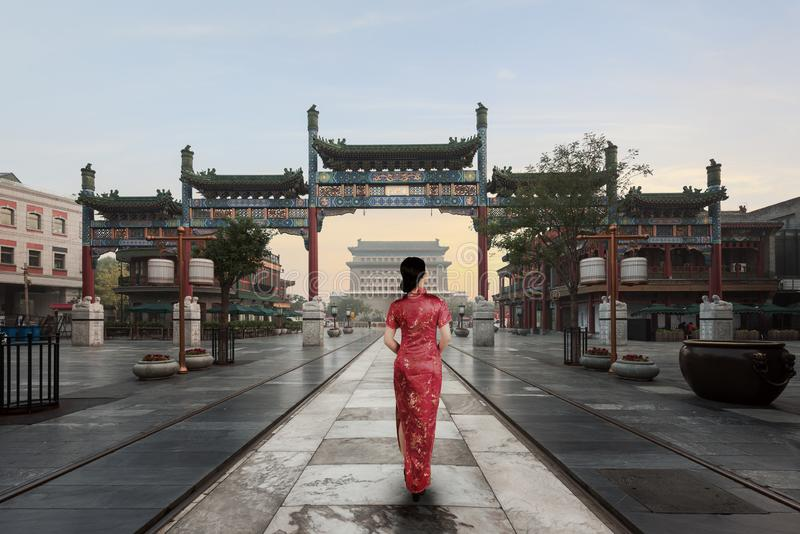 用老繁体中文的亚裔少妇在Hutong村庄穿戴在北京,中国 免版税图库摄影