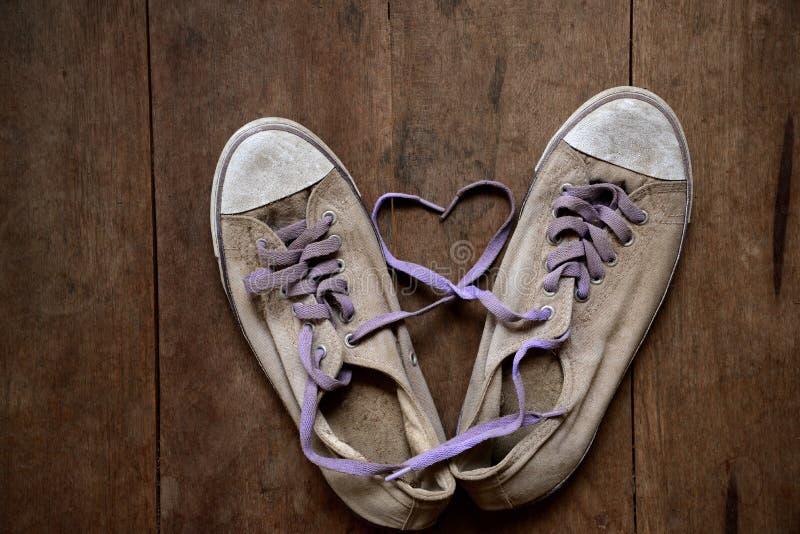 用老运动鞋鞋带做的心脏形状  免版税库存图片