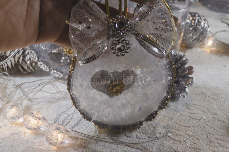 用耶稣和金黄弓诞生充满的雪和透明圣诞节球  图库摄影