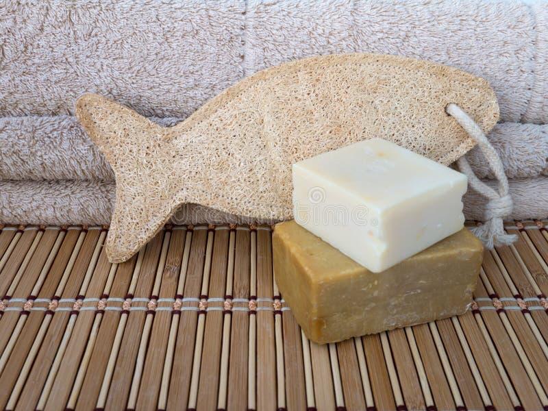 用肥皂擦洗酒吧、丝瓜络海绵和毛巾在竹席子 图库摄影