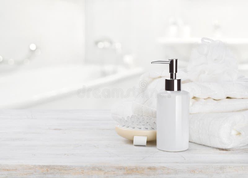 用肥皂擦洗dispencer、毛巾、韧皮按摩器和小捆在迷离的 图库摄影