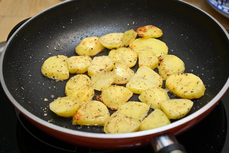 用胡椒搅拌炒马铃薯 库存照片
