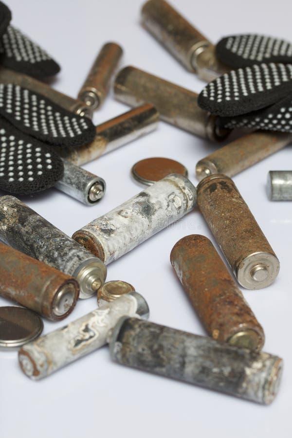 用腐蚀盖的使用的手指创伤电池 他们在一个木箱说谎 下副运作的手套 回收 图库摄影