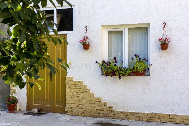用自然花装饰的家庭房子门面 免版税库存图片
