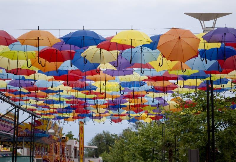 用色的伞装饰的街道在傲德萨,乌克兰 图库摄影