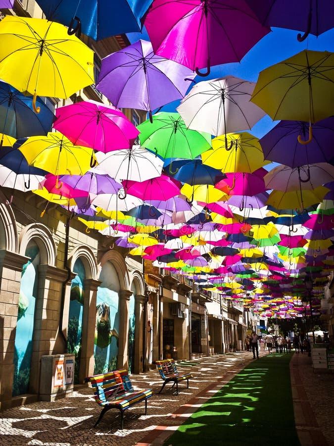用色的伞装饰的街道, Agueda,葡萄牙 免版税图库摄影