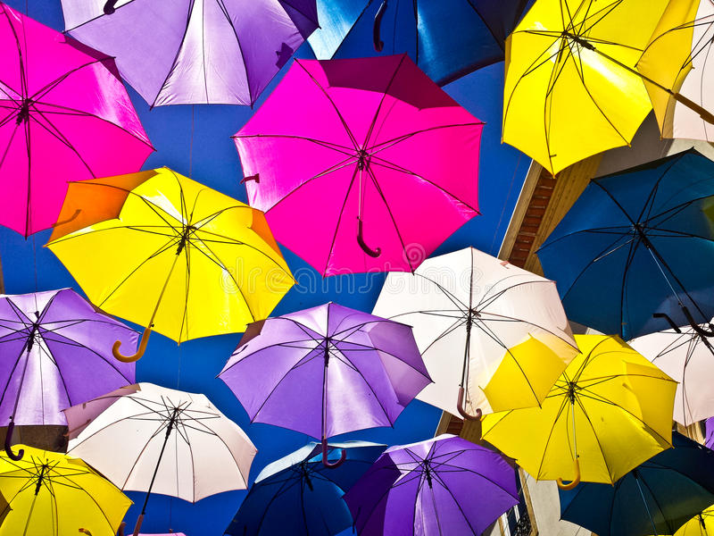 用色的伞装饰的街道, Agueda,葡萄牙 免版税库存照片
