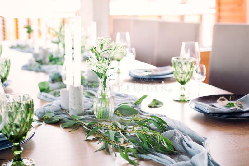 用花和绿叶装饰的一部分的美丽的圆的婚礼曲拱在湖或河附近户外,元素 图库摄影