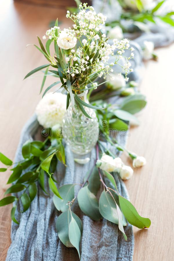 用花和绿叶装饰的一部分的美丽的圆的婚礼曲拱在湖或河附近户外,元素 库存图片