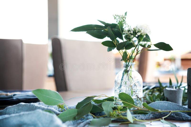 用花和绿叶装饰的一部分的美丽的圆的婚礼曲拱在湖或河附近户外,元素 免版税库存照片