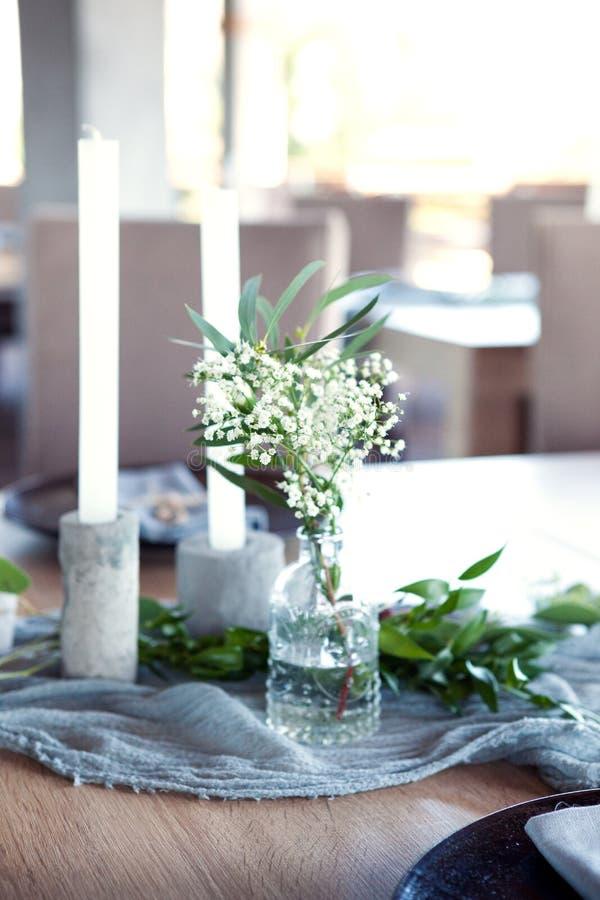 用花和绿叶装饰的一部分的美丽的圆的婚礼曲拱在湖或河附近户外,元素 免版税库存图片