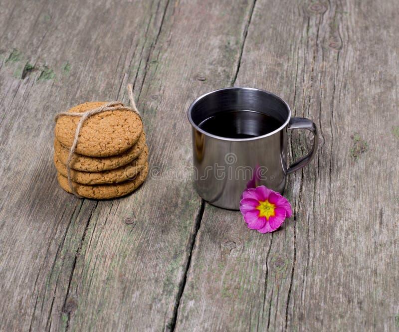 用花和连接装饰的钢咖啡  免版税库存照片
