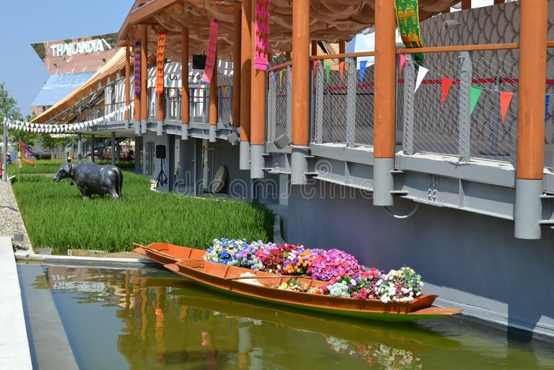 用花填满的浮动市场的泰国木传统小船在商展米兰的泰国亭子2015年 库存照片