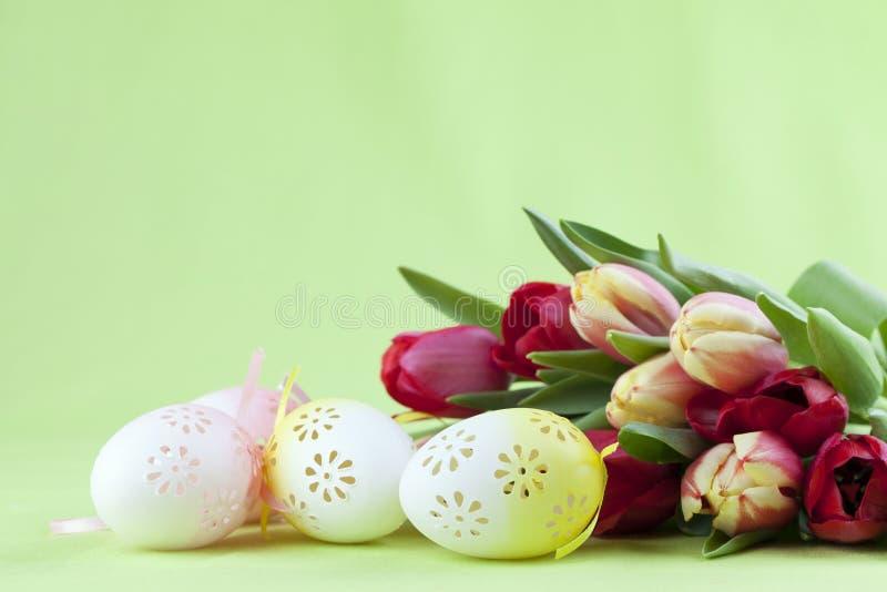 用花装饰的复活节彩蛋和郁金香 免版税库存图片