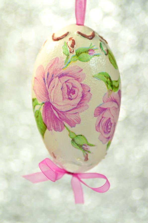 用花装饰的复活节彩蛋做由decoupage技术 免版税图库摄影
