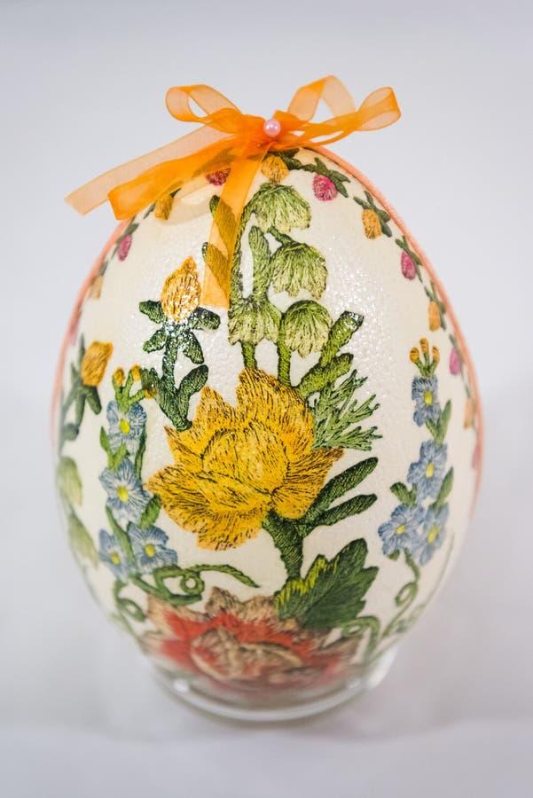 用花装饰的复活节彩蛋做由decoupage技术 图库摄影