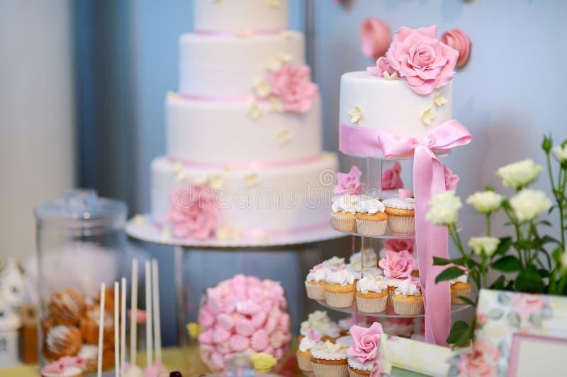 用花装饰的白色婚礼cupkace蛋糕 免版税库存照片
