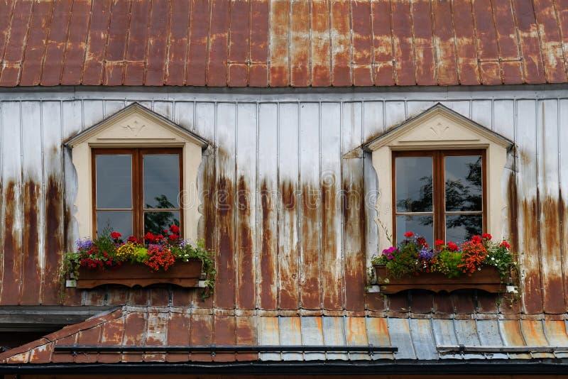 用花装饰的窗口 免版税库存照片