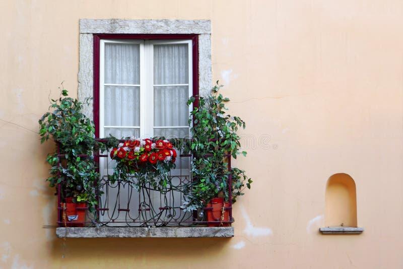 用花装饰的阳台 免版税库存图片