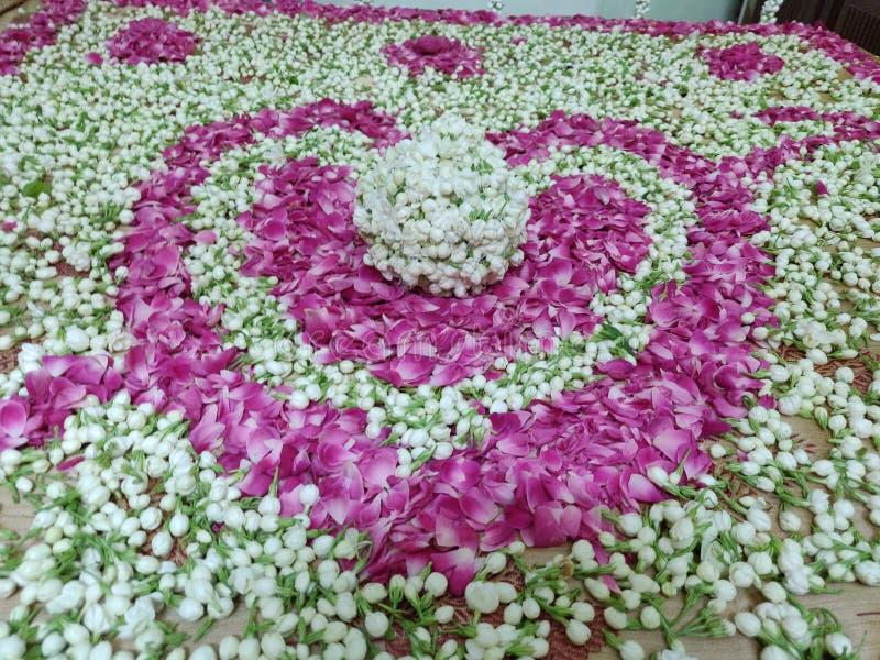用茉莉花和玫瑰花瓣组合做的心形 免版税库存照片