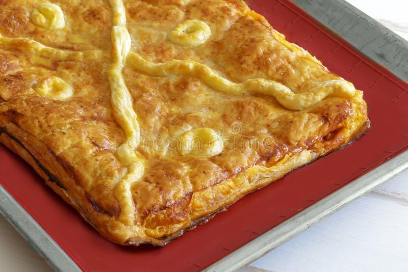 用菜和金枪鱼充塞的被烘烤的传统饼,加利西亚饼 库存图片