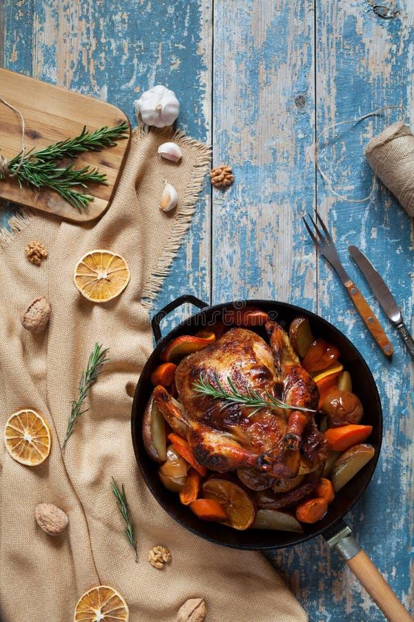 用菜和香料充塞的烤整鸡 免版税库存照片