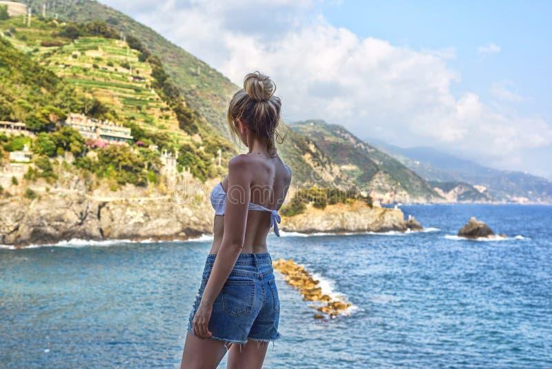 用蒙泰罗索阿尔马雷意大利语里维埃拉的旅游女孩 海和山景 Cinqueterre利古里亚 免版税库存图片