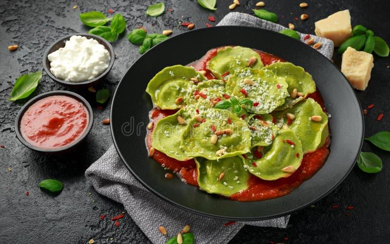 用蓬蒿pesto、乳脂状的乳清干酪和嘎吱咬嚼的松果充塞的意大利馄饨面团 r 免版税库存图片