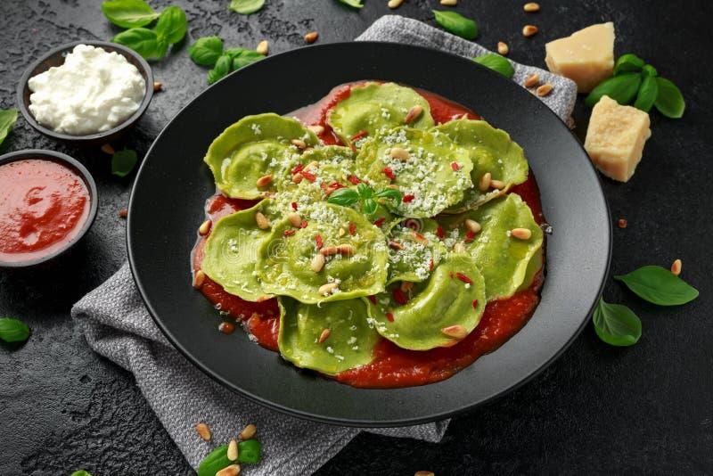 用蓬蒿pesto、乳脂状的乳清干酪和嘎吱咬嚼的松果充塞的意大利馄饨面团 r 免版税库存照片