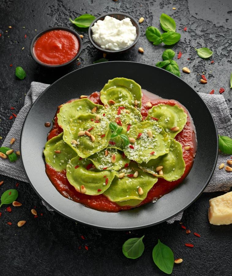 用蓬蒿pesto、乳脂状的乳清干酪和嘎吱咬嚼的松果充塞的意大利馄饨面团 r 库存照片