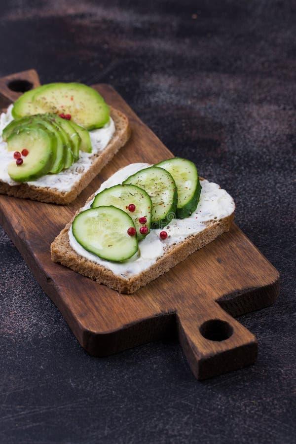 用蔬菜和水果做健康三明治 库存照片