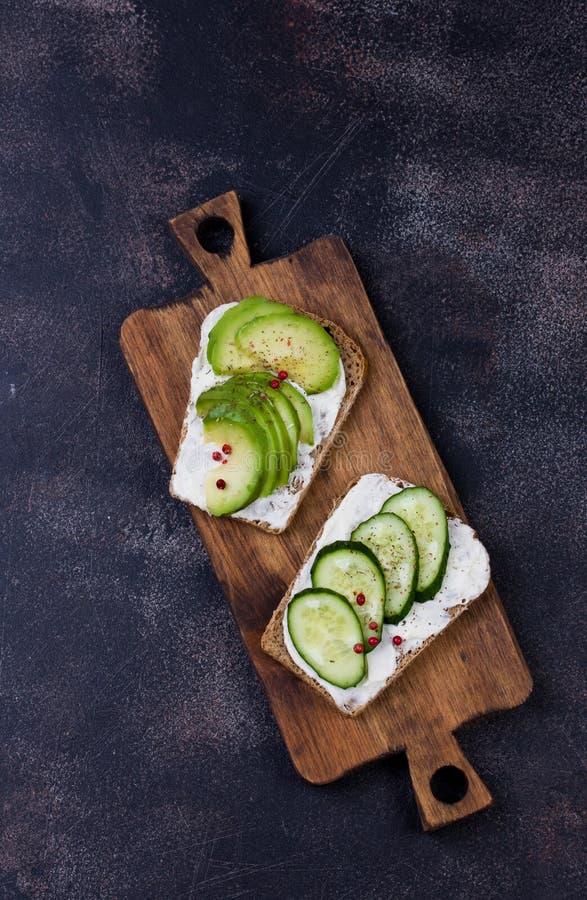 用蔬菜和水果做健康三明治 免版税图库摄影
