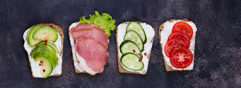 用蔬菜和水果做健康三明治 调音 选择性聚焦 库存图片