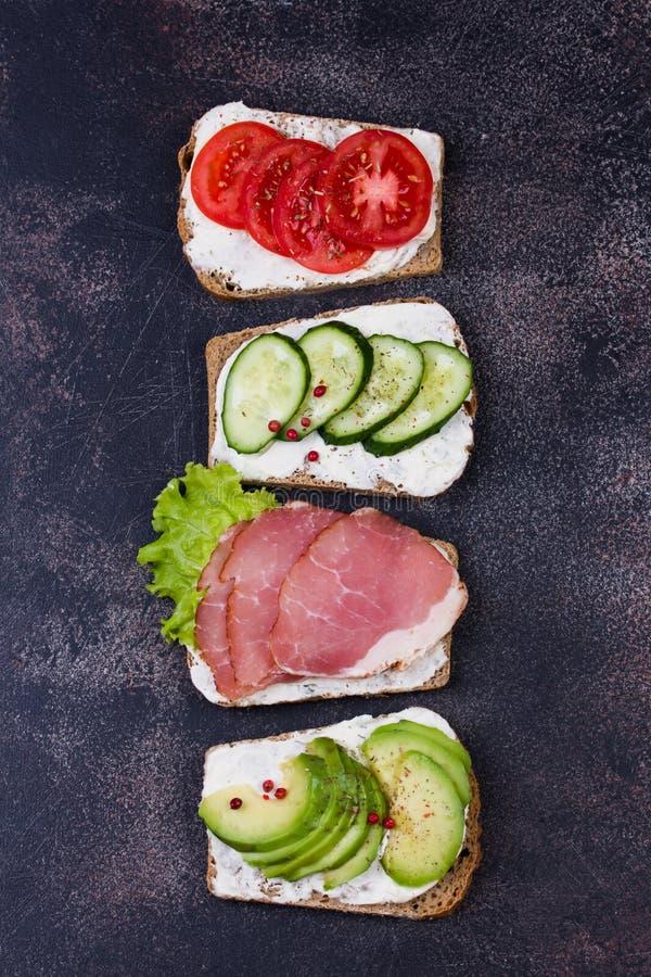 用蔬菜和水果做健康三明治 调音 选择性聚焦 免版税库存图片