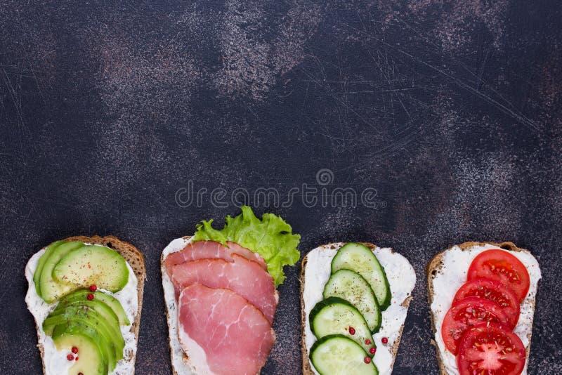 用蔬菜和水果做健康三明治 调音 选择性聚焦 免版税图库摄影