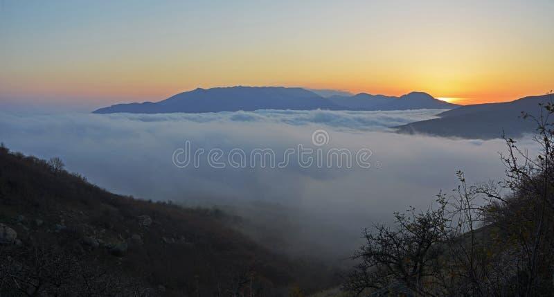 用薄雾盖的谷 免版税库存图片